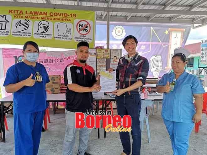 Faris (dua kiri) menyerahkan cek sumbangan kepada Dr Faez di Hospital Limbang baru-baru ini.