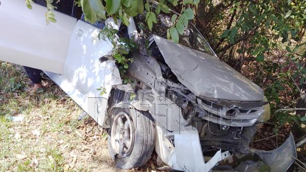Keadaan kereta mangsa yang mengalami kerosakan teruk di bahagian hadapan selepas bertembung dengan kereta pelbagai guna.
