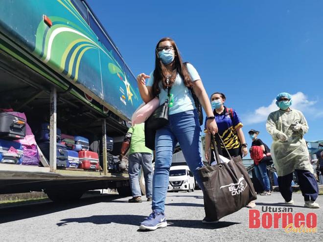 Veserleisa Veramau Pangkas antara pelajar UNIMAS yang dihantar pulang ke Sibu hari ini bersama 126 lagi pelajar. - Gambar oleh Roystein Emmor