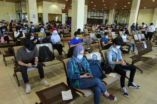 Seramai 160 pelajar dari sepuluh institusi pengajian tinggi awam dan swasta di Zon Pantai Timur yang berasal dari Sarawak dihantar pulang menerusi penerbangan khas ketika tinjauan di Lapangan Terbang Sultan Mahmud, semalam. — Gambar Bernama