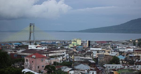 Sebahagian Kota Manado dilihat dari jendela Hotel Peninsula.