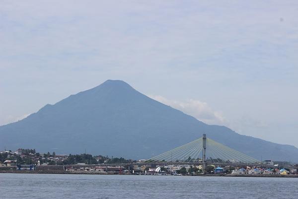 Kota Manado dari jauh.