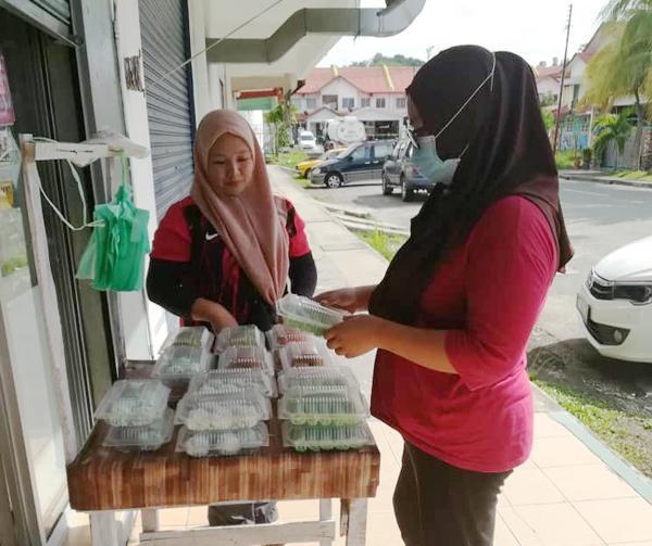 Faridah turut menjual kuih muih di Taman Putera Jaya.