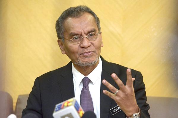 Bekas Menteri Kesihatan Datuk Seri Dr Dzulkefly Ahmad mengkritik bahawa tindakan buka semula ekonomi agak tergesa-gesa, patut ambil lebih masa.