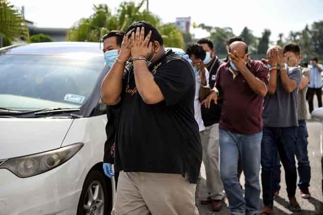 Lapan individu termasuk dua pengurus syarikat direman bagi membantu siasatan membabitkan tuntutan palsu berkaitan pembekalan alat ganti mesin dianggarkan bernilai lebih RM186,000 mengikut Seksyen 18 Akta Suruhanjaya Pencegahan Rasuah Malaysia (SPRM) 2009 di Kompleks Mahkamah Alor Setar semalam. Kesemua suspek berusia antara 39 hingga 45 tahun mendapat perintah reman yang dikeluarkan oleh Penolong Pendaftar Mahkamah Majistret Alor Setar, Rashidah Azmi selama tujuh hari bermula semalam hingga 20 Me