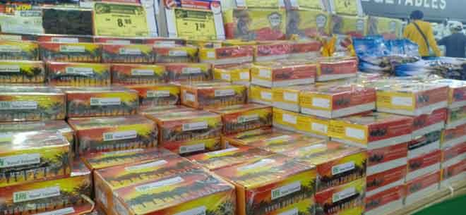 Buah kurma untuk berbuka juga dijual di Emart.