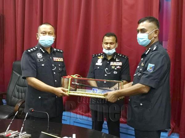 Yussof menyaksikan Pajeri menyerahkan tongkat kuasa kepada Ahmad sebagai simbolik penyerahan jawatan Komander PPM Wilayah 4 Sabah.