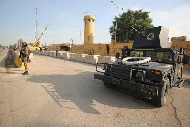 Gambar fail diambil pada 2 Januari lepas menunjukkan pasukan antipengganas Iraq berkawal di hadapan kedutaan AS di ibu negara Baghdad, Iraq. Satu roket meletup berhampiran kedutaan AS itu pada awal pagi semalam, kata sumber keselamatan. — Gambar AFP
