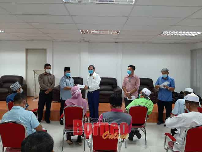 Safiee (berdiri, tengah) menyerahkan MRP kepada salah seorang penerima.