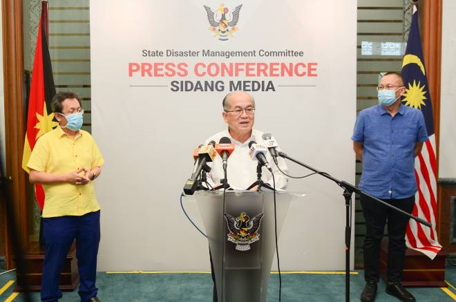 Uggah bersama Menteri Kerajaan Tempatan dan Perumahan Dato Sri Dr Sim Kui Hian dan Menteri Muda Hal Ehwal Korporat dan Unit Komunikasi Awam Sarawak YB Abdullah Saidol pada sidang media di sini, hari ini.