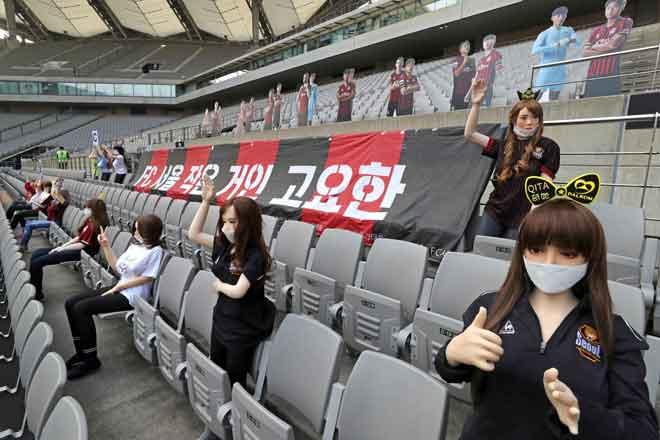 Gambar diambil pada 17 Mei menunjukkan patung seks yang digunakan untuk mengisi tempat duduk penonton semasa perlawanan bola sepak FC Seoul yang diadakan dalam stadium tertutup di Seoul, Korea Selatan. — Gambar AFP