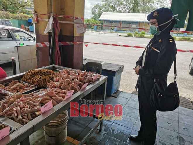 Raban KPDNHEP Pampang Sarikei benung meresa rega barang ba sekeda palan di Pasar Sarikei, kemari.