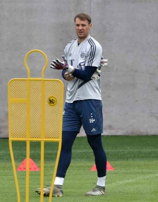 Neuer menjalani sesi latihan di pusat latihan Bayern Munich di selatan Jerman. — Gambar AFP