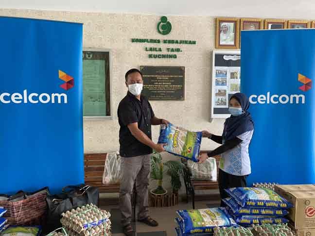 Wakil dari Jabatan Perniagaan Perusahaan Celcom menyerahkan sumbangan kepada salah seorang penghuni Kompleks Kebajikan Laila Taib di Sarawak.