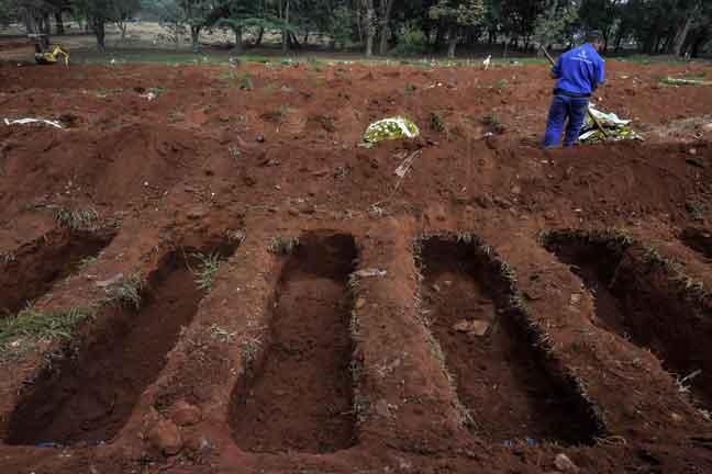 Pekerja dilihat menggali lubang kubur di Vila Formosa di pinggir Sao Paulo, Brazil               pada Rabu lepas ketika jumlah kematian akibat COVID-19 meningkat di negara itu. — Gambar AFP