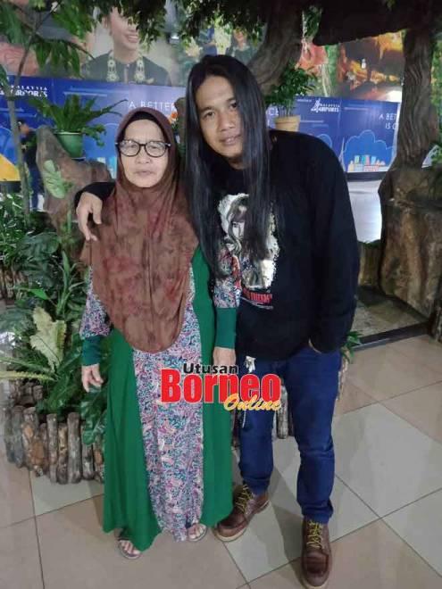 Manzar bersama ibunya ketika menghantarnya di Lapangan Terbang Antarabangsa Kuching pada tahun lalu.