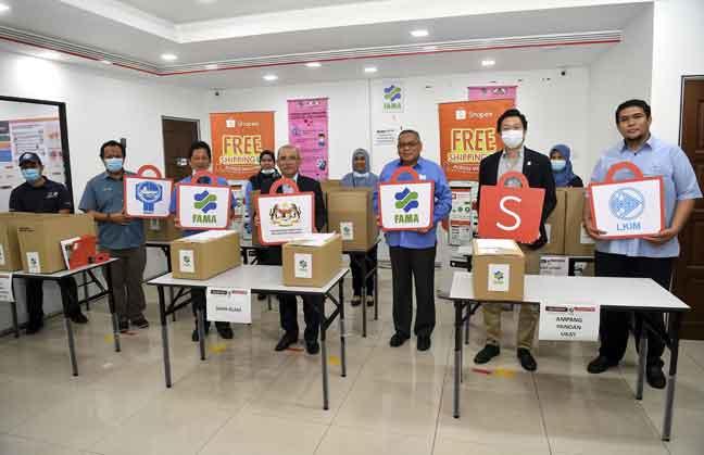 Ronald Kiandee (tengah) mengadakan lawatan ke pusat operasi bagi kolaberatif antara Kementerian dengan Shopee untuk mendigitalisasi rantaian bekalan hasil segar dan makanan laut di Pusat Pengedaran Lembaga Pemasaran Pertanian Persekutuan (FAMA), semalam. Turut sama Ketua Pengarah FAMA Datuk Zainal Abidin Yang Razalli (tiga kanan) dan Pengerusi FAMA Datuk Mohd Fasiah Mohd Fakeh (tiga kiri). — Gambar Bernama