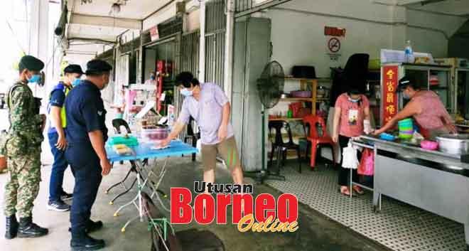 Raban polis enggau soldadu lebuh bejalaika operasyen matau enggau meresa ngagai sebuah kedai makai di Bintulu. — Gambar PDRM Bintulu
