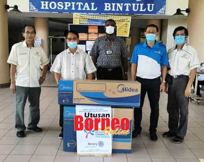 Lau (dua kiri) bersama ahli-ahli Kelab Rotary Bintulu menyerahkan sumbangan unit pendingin hawa kepada Dr Sivashunmugam (tengah) semalam.