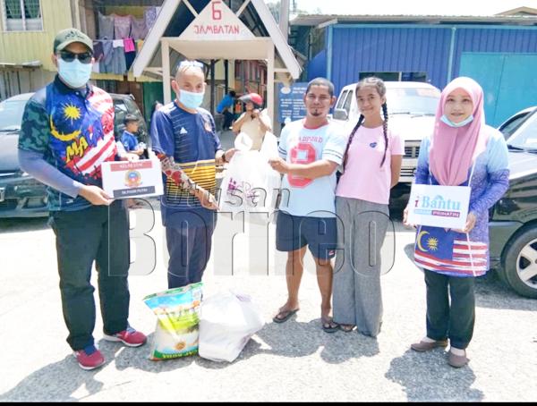 Keluarga bersama murid menerima sumbangan barang keperluan disampaikan oleh Zairudin (dua kiri).