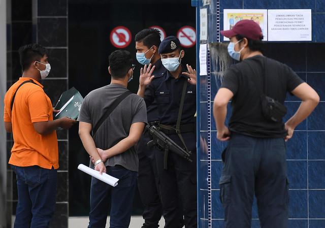 Masih ada lagi orang ramai hadir ke Ibu Pejabat Polis Daerah (IPD) Kuantan bagi memohon kebenaran merentas negeri ketika tinjauan pada Jumaat. - Gambar Bernama