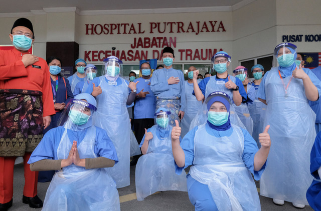 Dr Noor Hisham Dr Noor Hisham Abdullah bergambar bersama petugas kesihatan barisan hadapan semasa menyambut 1 Syawal di Jabatan Kecemasan dan Trauma Hospital Putrajaya hari ini. - Gambar Bernama