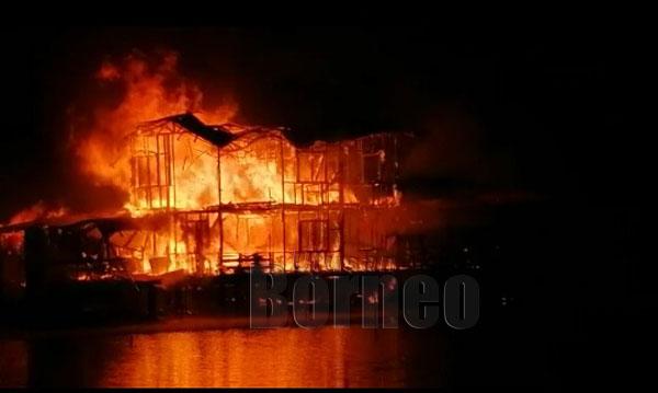 Api marak meranapkan sebuah rumah yang mengorbankan seorang ibu bersama empat anak lelakinya di Kampung Binsuluk, Membakut, awal pagi tadi.-Kongsian netizen.