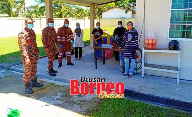 Anggota-anggota bomba yang terlibat dalam pelaksanaan tugas-tugas disinfeksi di taska yang diusahakan oleh Maraini.