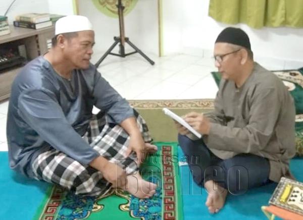 Samad Lawi (kiri) berkongsi pengalaman beliau bersama penulis.