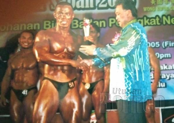 Menerima piala daripada mantan Mayor Bandaraya Kota Kinabalu Datuk Iliyas Ibrahim selepas menjuarai Mr. Sabah 2007.