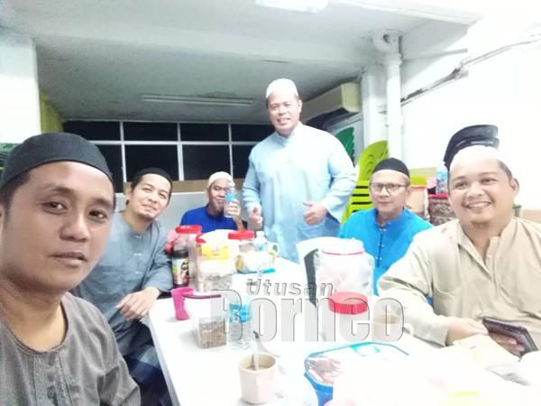 Bersama sahabat yang sama-sama mempelajari ilmu agama di Surau Al-Mukminin Pangsapuri Tanjung Aru.