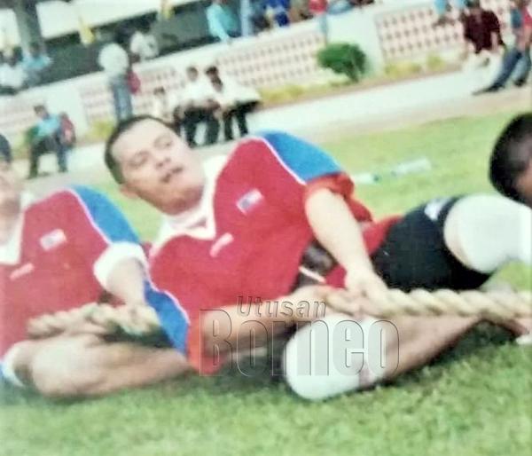Bersama pasukan Norman Gym ketika mewakili negeri Sabah dan Malaysia pada Kejohanan Tarik Tali Seborneo di Negara Brunei Darussalam.