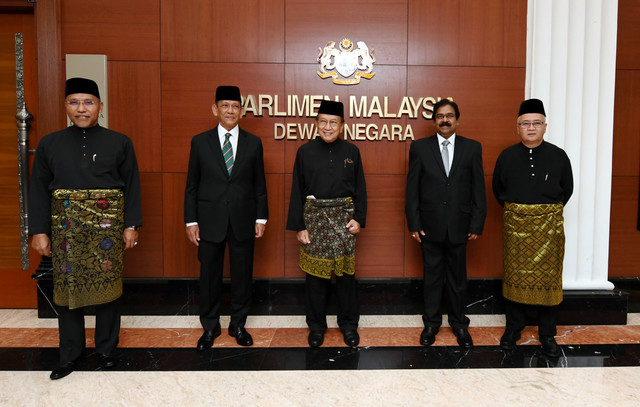 (dari kiri) Idris, Mohd Radzi, Rais, Balasubramaniam dan Muhammad Zahid bergambar selepas majlis mengangkat sumpah di Bangunan Parlimen hari ini. - Gambar Bernama