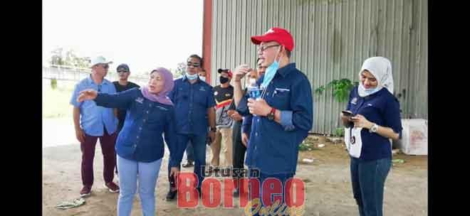 Nancy menunjukkan tapak projek Dewan Warisan Batang Sadong bersebelahan Jambatan Batang Sadong kepada Setiausaha Politiknya Mohammed Kamaluddin Mohd Effendie.