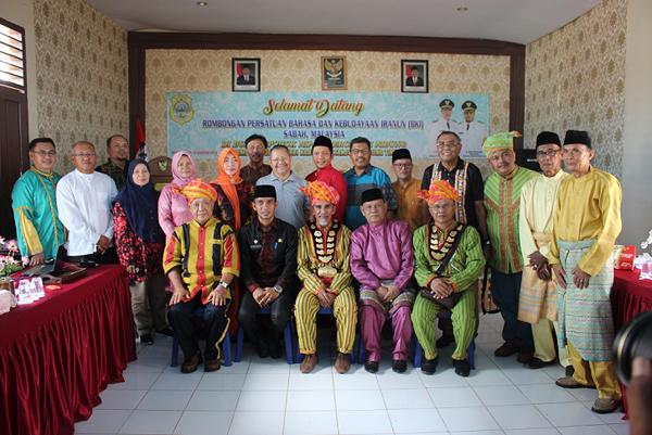 Bergambar selepas majlis silaturahim di Kuala Jambi.