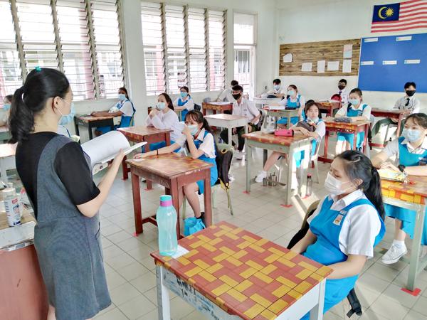 Kedudukan meja pelajar dijarakkan bagi mematuhi SOP yang ditetapkan.