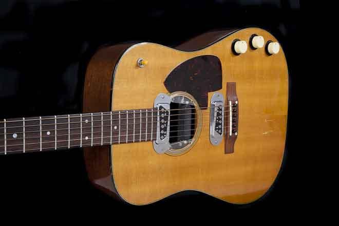 Gambar ihsan Julien's Auctions yang diperolehi AFP pada 11 Mei 2020 ini menunjukkan gitar yang dimainkan oleh Kurt Cobain semasa persembahan Nirvana di MTV Unplugged, New York.  — Gambar AFP