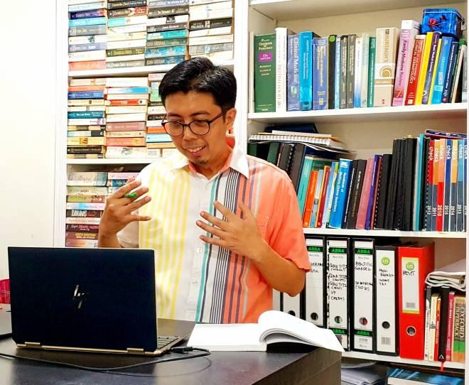 Abdul Rahman ketika mengendalikan kelas dalam talian.