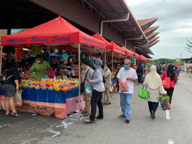 Suasana di Pasar Minggu Medan Niaga Satok.