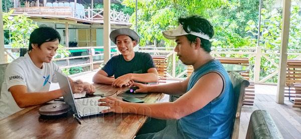 Octavius (tengah) berbincang bersama staf mengenai perancangan dan strategi baharu.