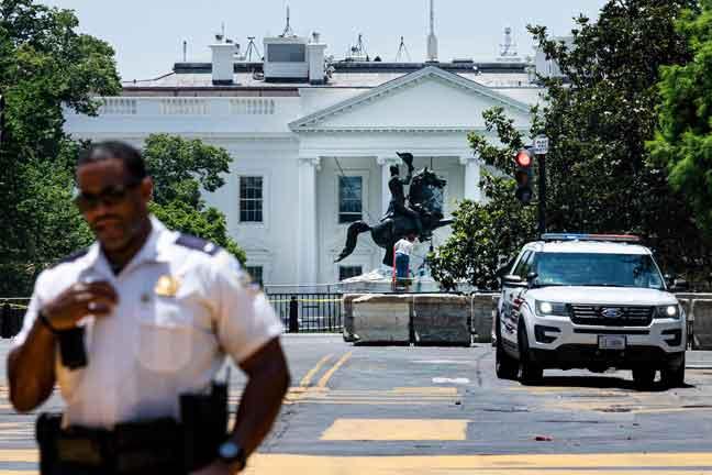 Gambar fail 23 Jun menunjukkan patung Jackson diperiksa selepas penunjuk perasaan cuba menumbangkannya di Taman Lafayette, Washington DC.  — Gambar AFP