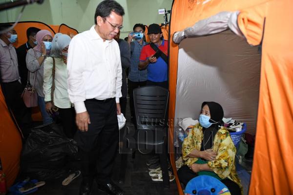 Shafie bertanya khabar keadaan salah seorang mangsa banjir yang ditempatkan di pusat pemindahan sementara.