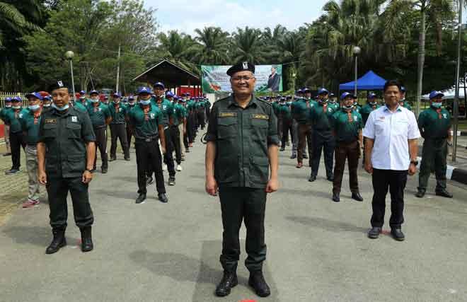 Dr Shamsul Anuar (tengah) bersama penerima watikah pada Majlis Penyampaian Watikah Pelantikan Veteran Angkatan Tentera Malaysia dan Orang Asli sebagai Renjer Hidupan Liar di Taman Negara Sungai Relau Merapoh semalam. — Gambar Bernama
