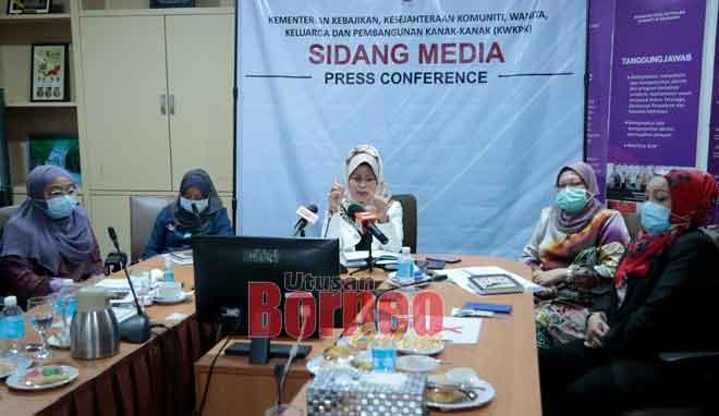 Fatimah (tengah) bercakap kepada pemberita di pejabatnya di Kuching semalam.