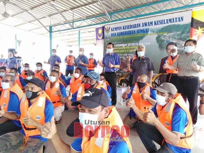 Lee (berdiri, empat kanan) dan Sebi (berdiri, tiga kanan) bergambar bersama pengusaha bot tambang di daerah Limbang semalam.