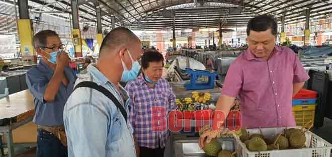 Huang mengadakan tinjauan di Pasar Sentral Sarikei semalam untuk bertemu dengan para peniaga.