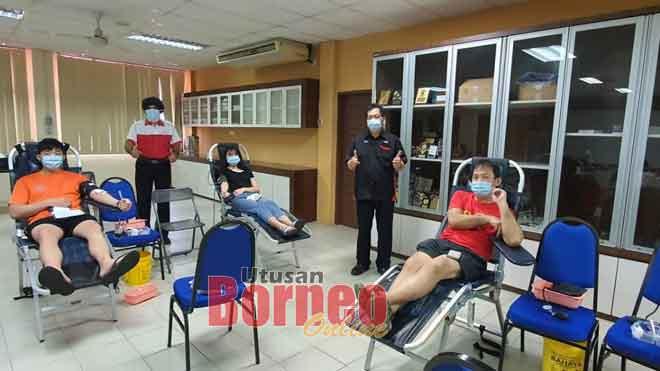 Pegawai dari Bank Darah Hospital Miri Kenneth Numan (berdiri, kanan) dan Karambir (berdiri, kiri) bersama penderma darah tetap Fong Yun Hian (kanan) dan dua anak beliau Juliana serta Aaron.