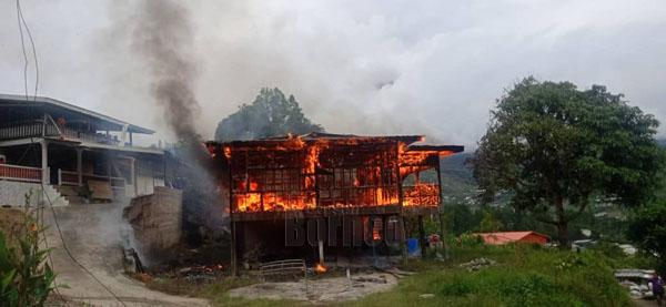 Api marak memusnahkan sebuah rumah di Kg Sinsian Jalan Kundasang, Ranau.