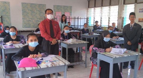 Habdin bersama dua guru yang lain ketika berada di salah sebuah kelas Tingkatan 6 SMK Lohan.