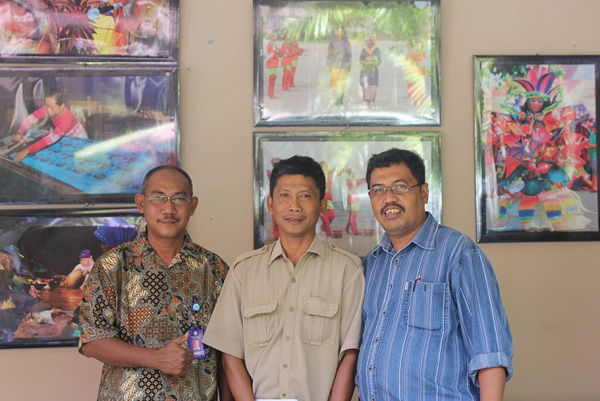 Penulis bersama pegawai Disbudpar Belitung.